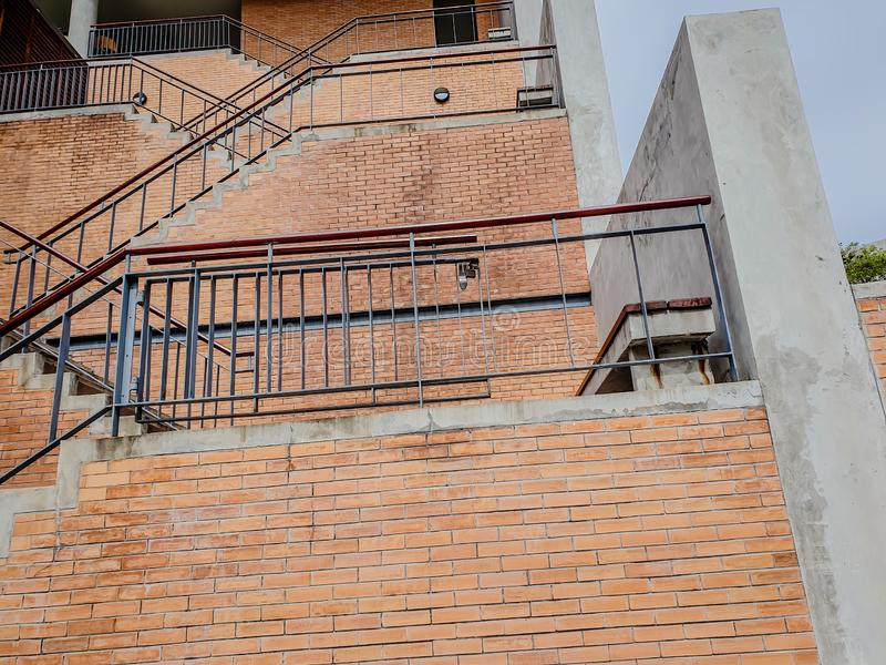 Eine Leiter, die zu einem Gebäude in Thailand steigt stockbild