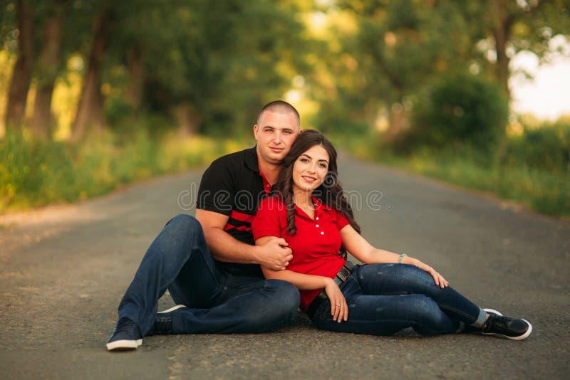 Eine Liebesgeschichte in einem feenhaften Wald mit einem Kerl und einem Mädchen Jugend in der Natur lizenzfreie stockfotos