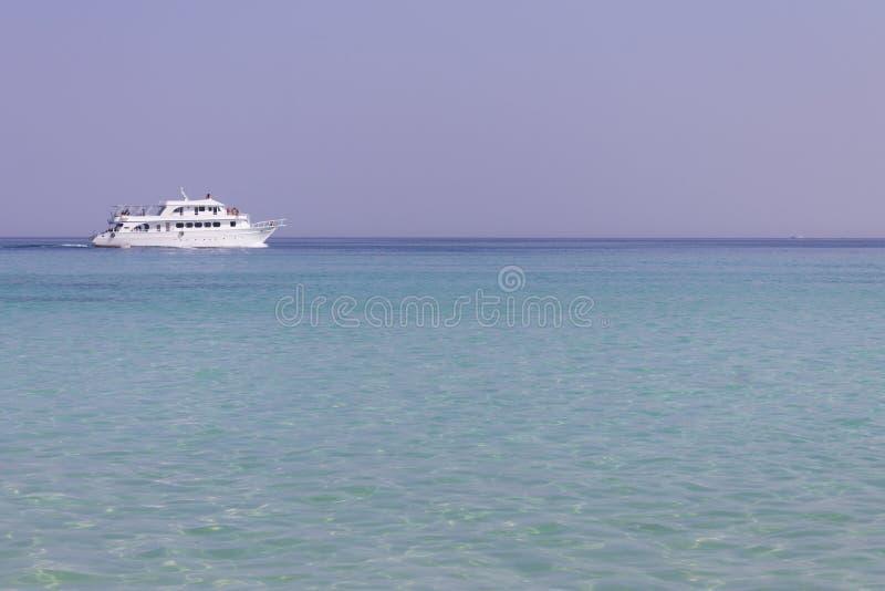 Download Eine Lieferung Auf Der Linken Seite Des Horizontes Stockfoto - Bild von blau, himmel: 26361470