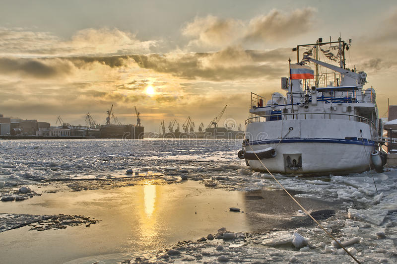 Eine Lieferung am Pier geblockt durch Eis stockfotos