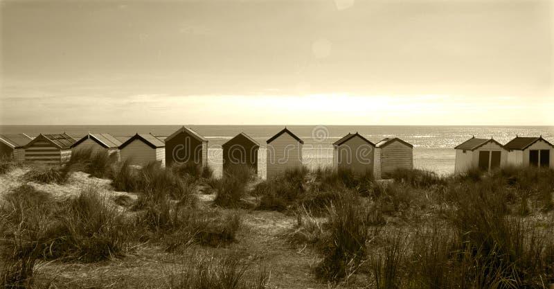 Eine Linie von Strandhütten auf Southwold-Strand, Suffolk, England lizenzfreie stockbilder