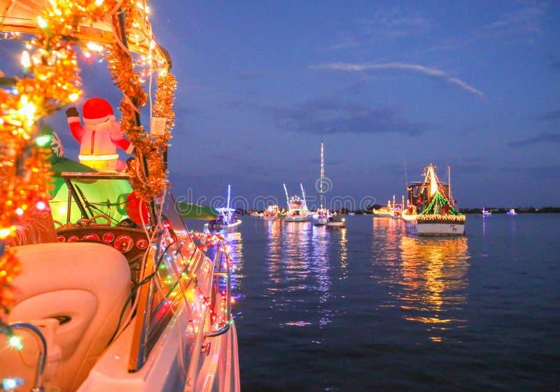 Eine Linie von verzierten Booten nehmen an einem Florida-Feiertags-Boot teil lizenzfreie stockbilder