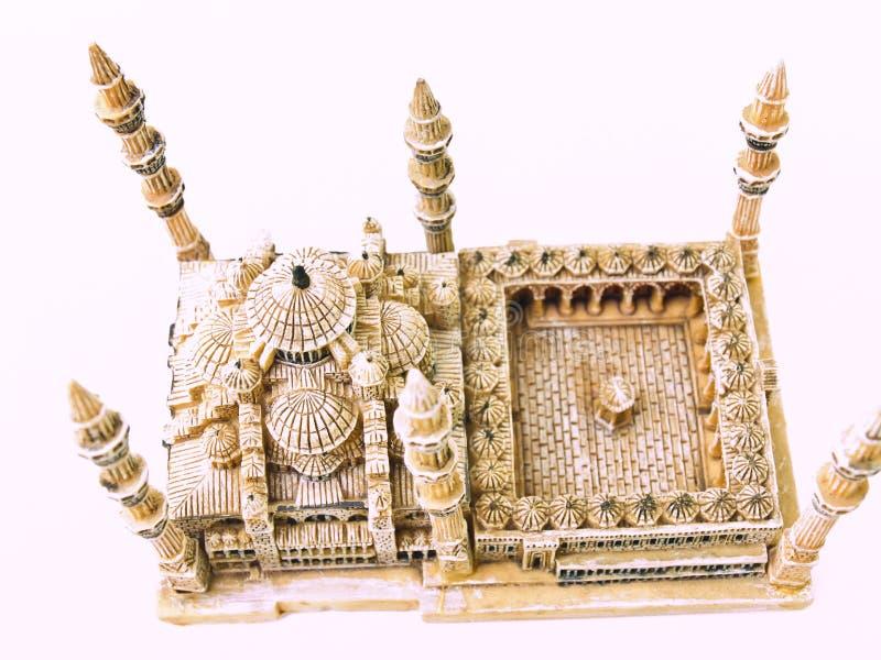 Eine Luftaufnahme des blauen Moscheenmodells lokalisiert auf weißem Hintergrund stockbilder