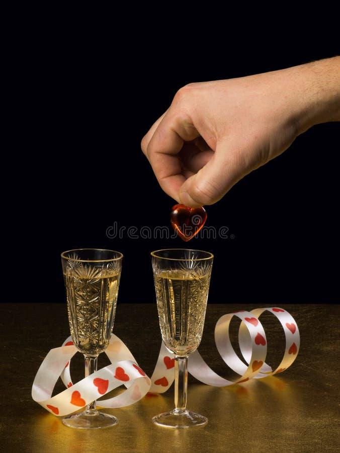 Eine männliche Hand hält ein Inneres und zwei Gläser an lizenzfreies stockfoto
