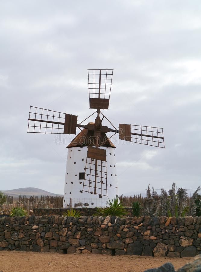 Eine Maiswindmühle auf Fuerteventura stockbild