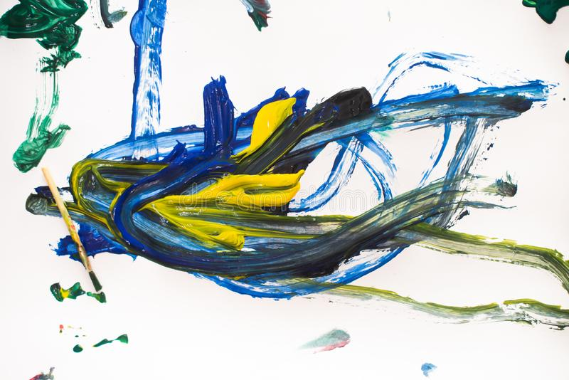 Eine Malerei des kleinen Jungen mit Aquarellen auf Weißbuchblatt Wenig Junge mit einer Bürste und bunten Farben Zur?ck zu Schule- stockfotos