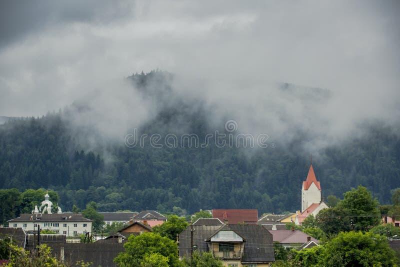 Eine malerische Ansicht eines Bergdorfes im Karpatenberg stockfotografie