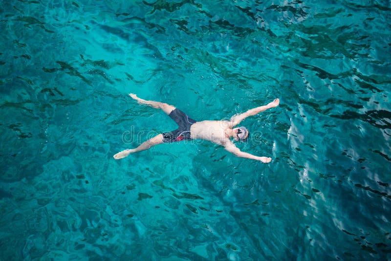 Eine Mannschwimmen mit klarem Wasser im Meer bei Similan Marine Nat stockfoto