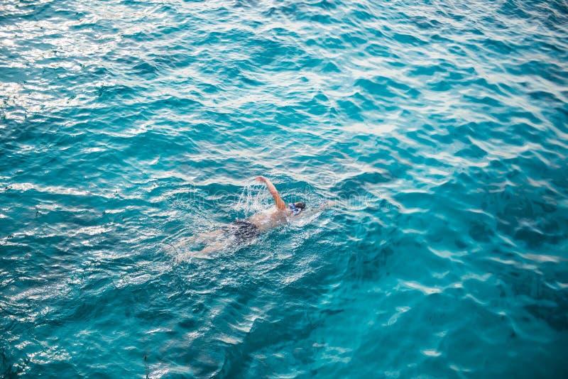 Eine Mannschwimmen mit klarem Wasser im Meer bei Similan Marine Nat lizenzfreies stockbild
