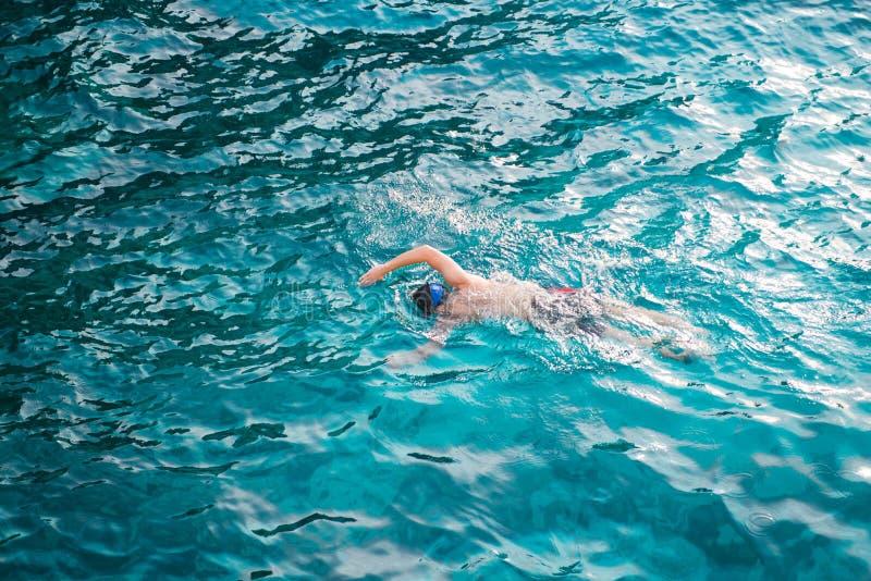 Eine Mannschwimmen mit klarem Wasser im Meer bei Similan Marine Nat lizenzfreie stockbilder