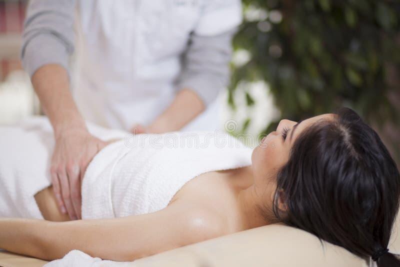 Eine Massage zu Hause erhalten stockbild