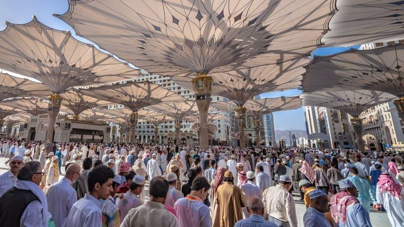 Eine Menge des Pilgers an Medina-Moschee lizenzfreie stockbilder