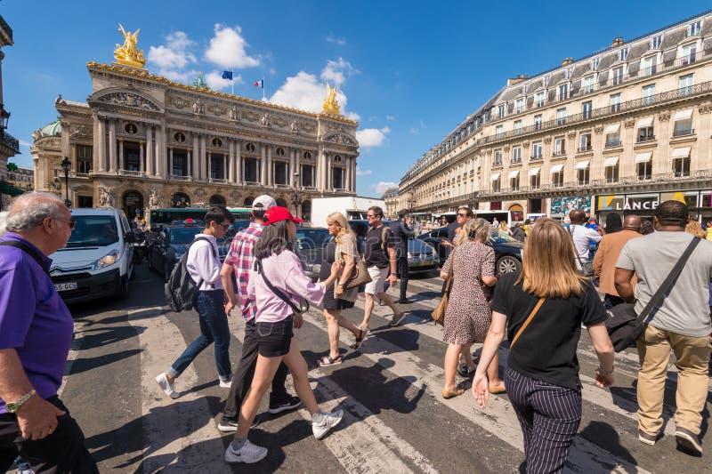 Eine Menge von den Leuten, die Rue de la Paix nahe Paris-Oper Garnier kreuzen stockfoto