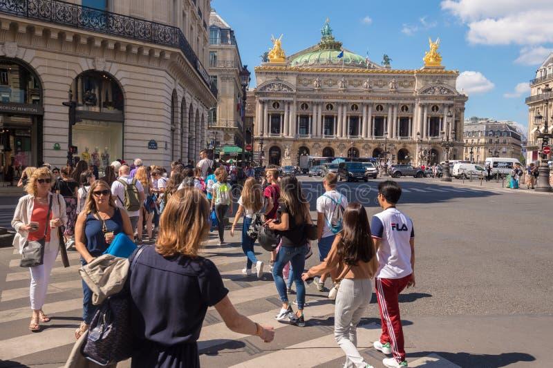 Eine Menge von den Leuten, die Rue de la Paix nahe Paris-Oper Garnier kreuzen stockbild