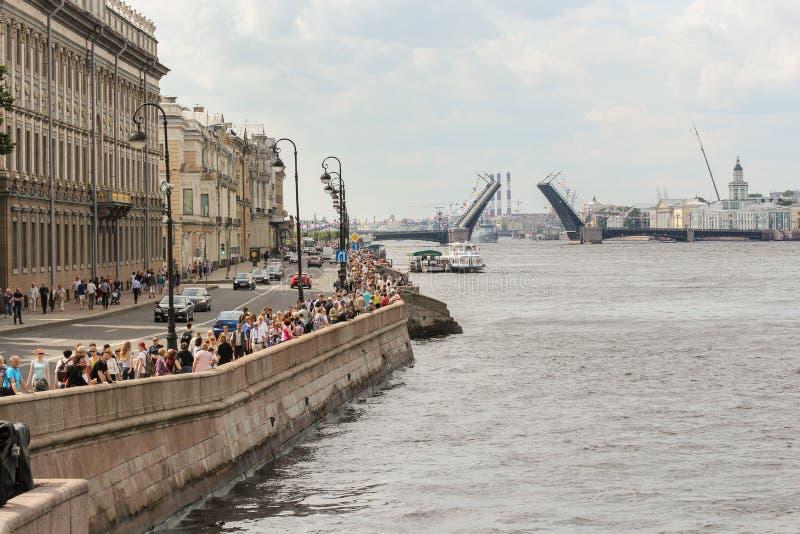 Eine Menge von Leuten auf dem Palast-Damm lizenzfreies stockfoto