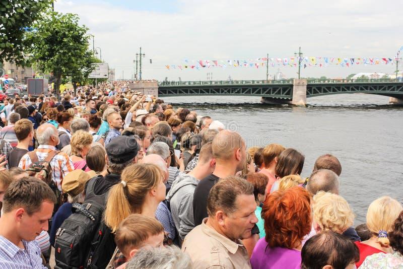 Eine Menge von Leuten auf dem Palast-Damm lizenzfreie stockfotos