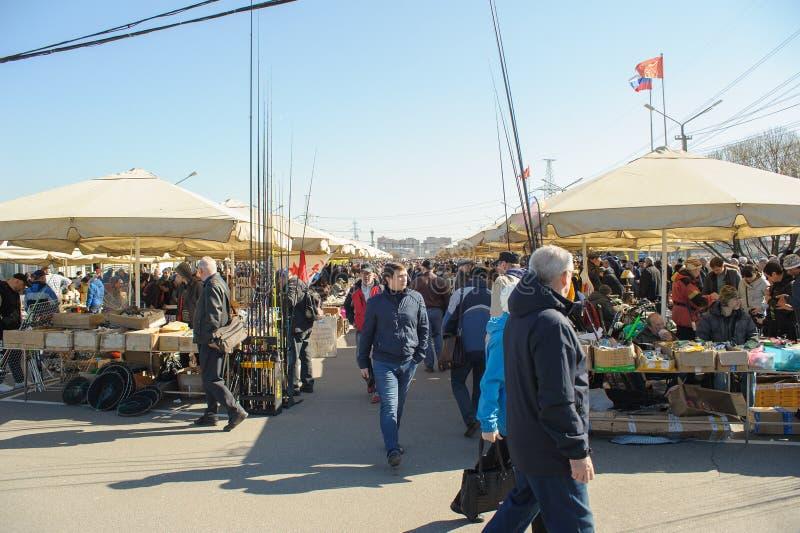 Eine Menge von Leuten an den Ställen im Straßenmarkt Yunona lizenzfreies stockfoto