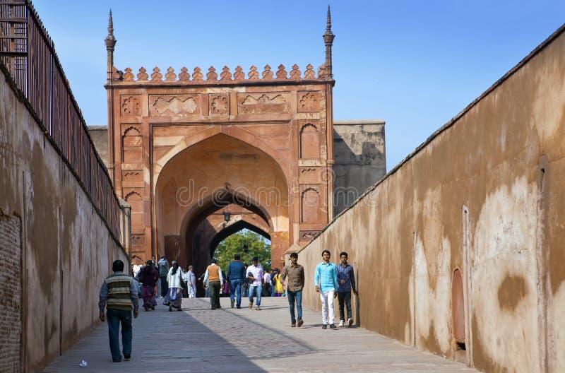 Eine Menge von Touristen besuchen rotes Fort Agra am 28. Januar 2014 in Agra, Uttar Pradesh, Indien Das Fort ist das alte Mughal- lizenzfreie stockfotos
