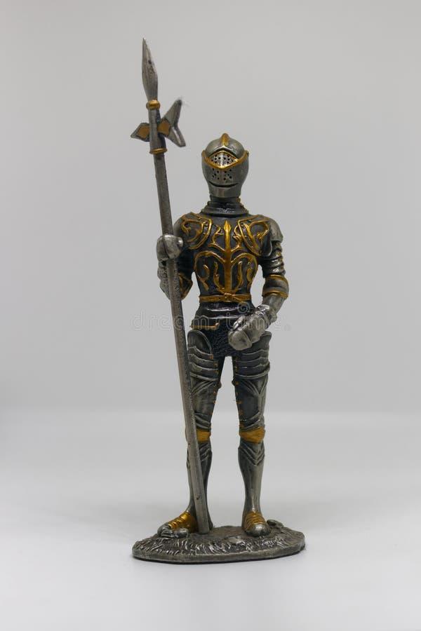 Eine Metallfigürchen eines mittelalterlichen gepanzerten Ritters, lokalisiert stockfotografie