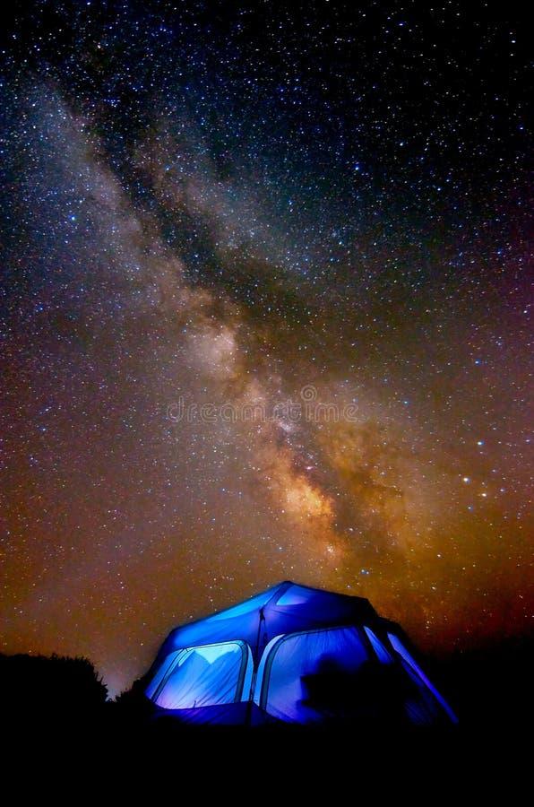 Eine Milchstraßenacht über Kaliforniens Pazifischem Ozean lizenzfreie stockfotos