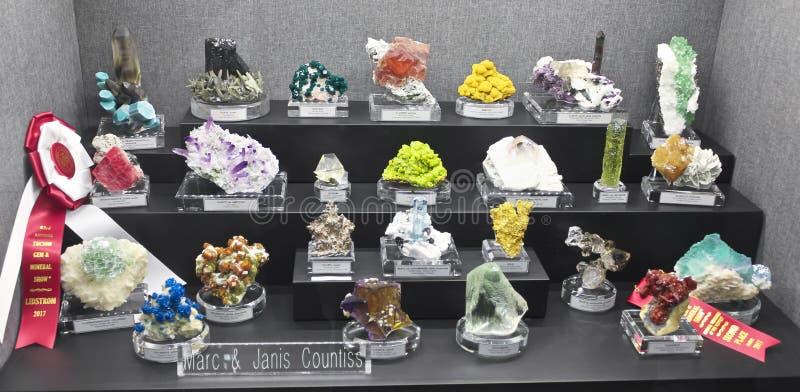 Eine Mineralsammlung am Tucson-Edelstein und an der Mineralshow stockbild