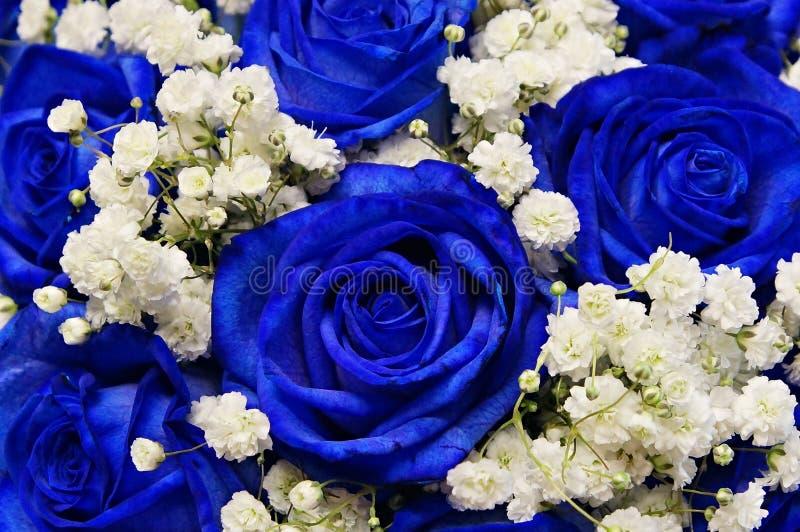 Eine Mischung von schönen dekorativen Blumen mit Rosen stockfotografie