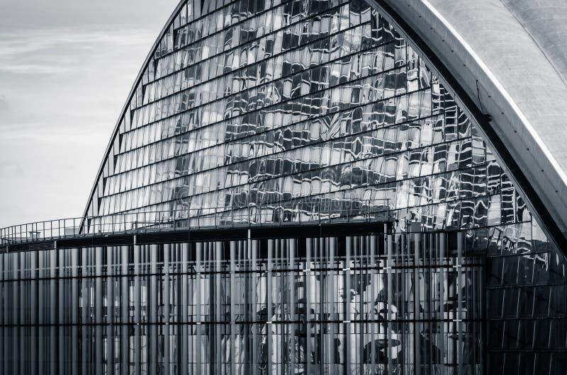 Eine moderne Glasfassade (Schwarzweiss) stockfotografie