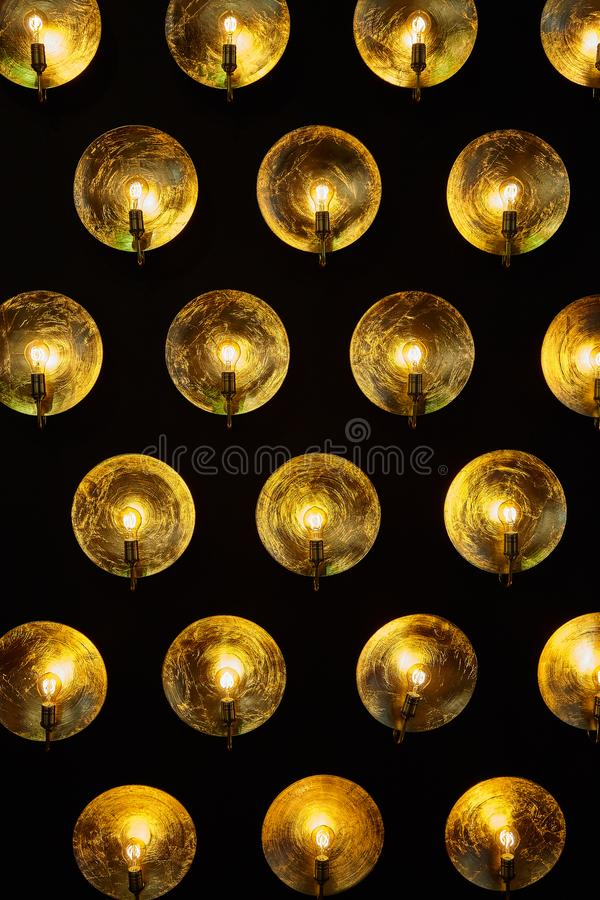 Eine moderne metallische Lampe mit Glühlampen stockbilder