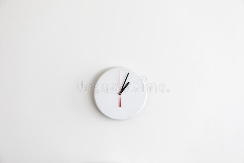 Eine moderne wei?e Uhr Minimalistic ohne Zahlen stockfoto