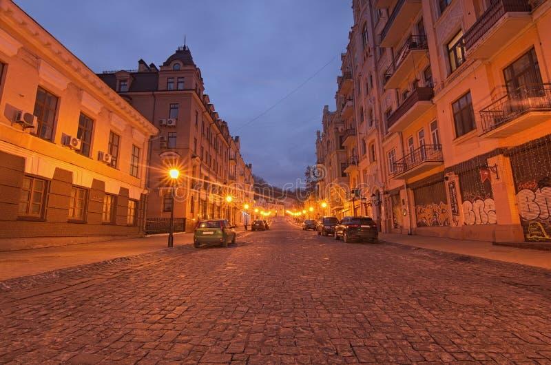 Eine Morgenansicht von bunten Gebäuden auf leerem Andriyivskyy Uzvoz Abfall oder Spusk lizenzfreie stockfotografie