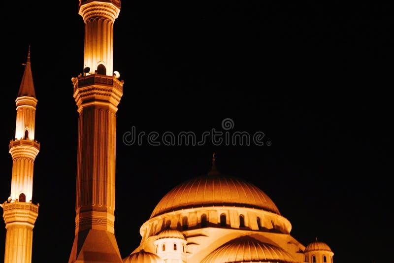 Eine Moschee, die in der dunklen Nacht schön schaut stockfotografie