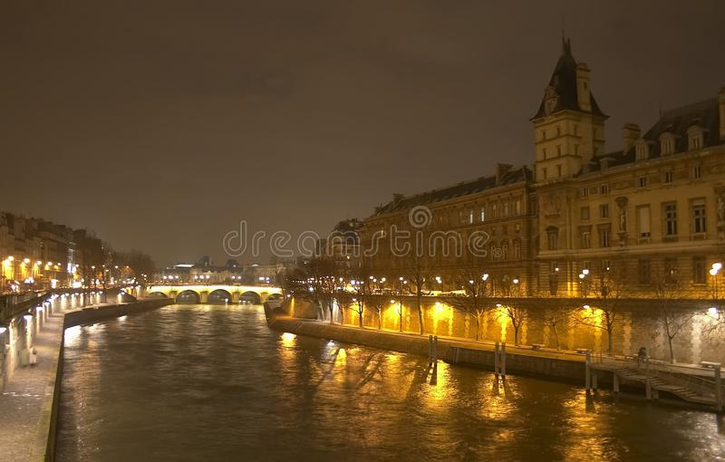 Eine Nachtansicht vom Pont Saint-Michel lizenzfreie stockbilder