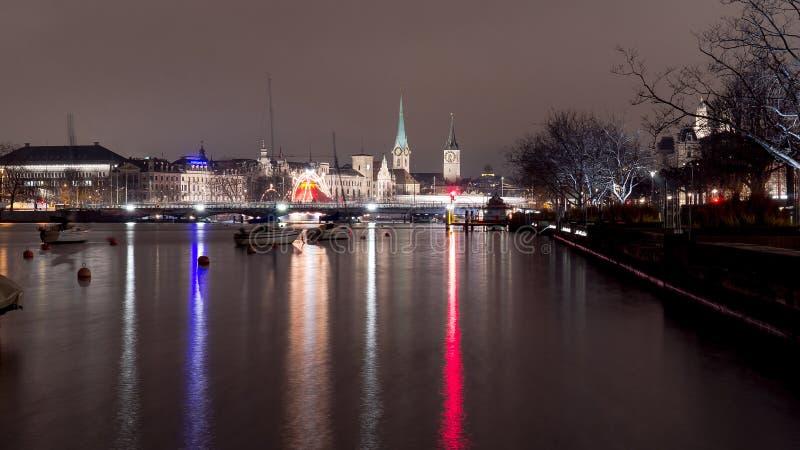 Eine Nachtansicht von Zürich mit See und typischer Kirche lizenzfreies stockbild