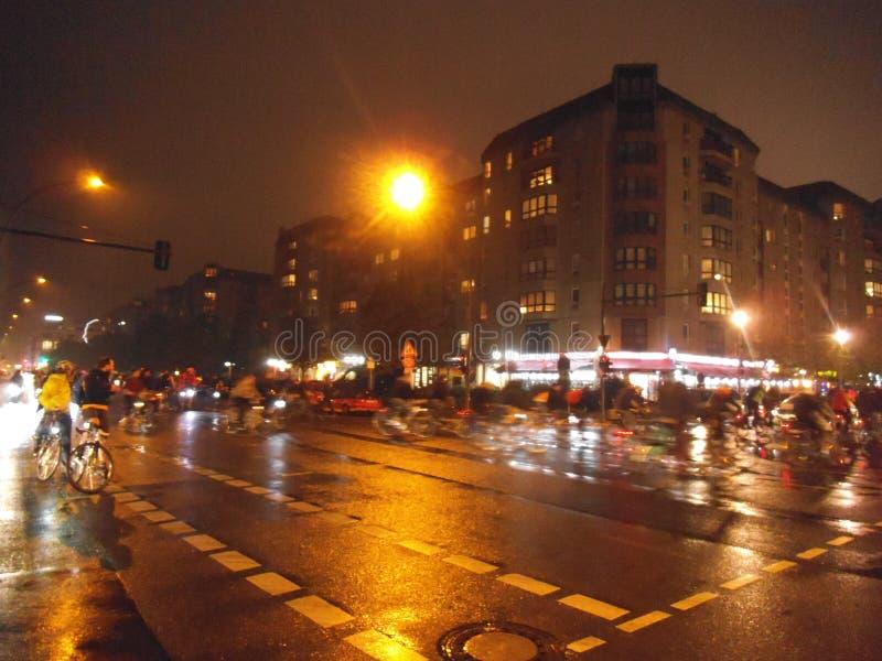 Eine Nachtradfahrergruppe auf der Straße in Berlin stockfoto