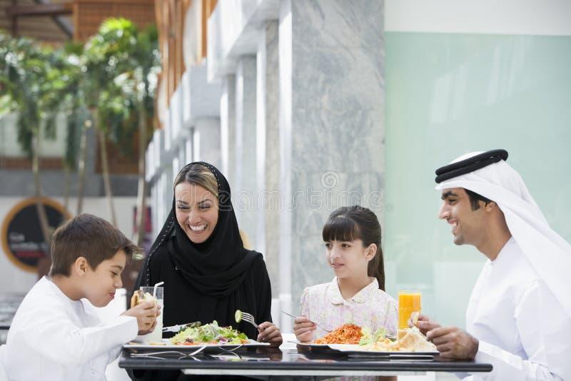 Eine nahöstliche Familie, die eine Mahlzeit genießt stockfotografie
