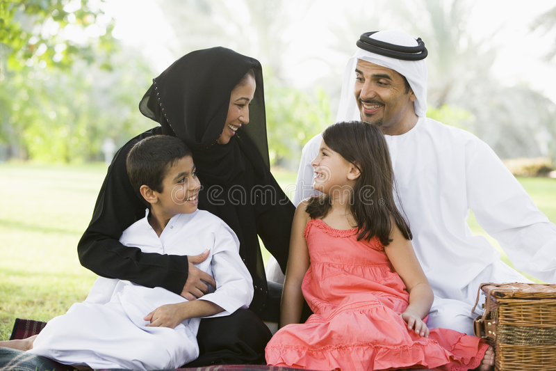 Eine nahöstliche Familie, die in einem Park sitzt lizenzfreie stockfotografie