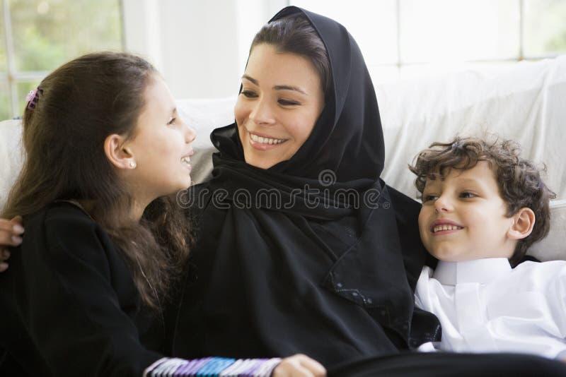 Eine nahöstliche Frau mit ihren Kindern lizenzfreie stockfotos