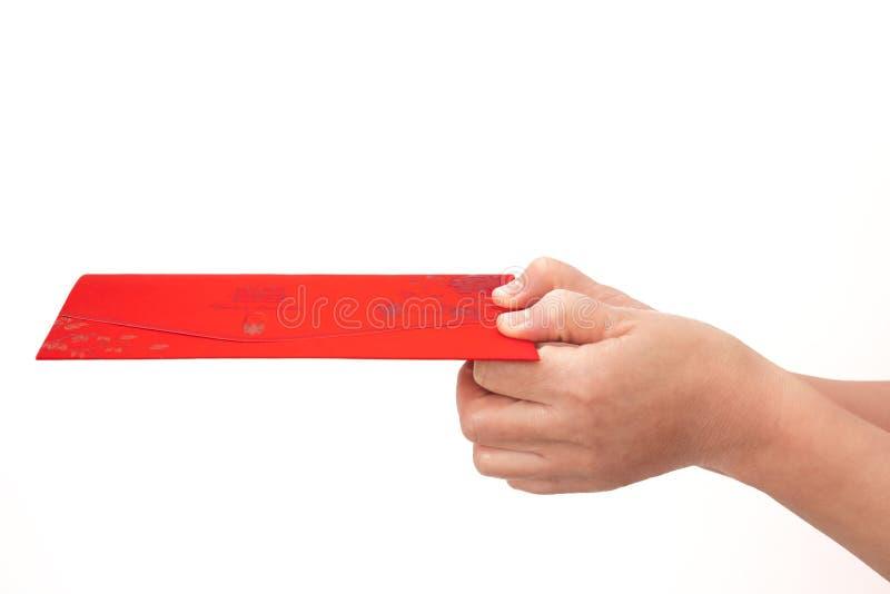 Eine Nahaufnahme der Einladung im weißen Hintergrund mit beiden Händen stockfoto