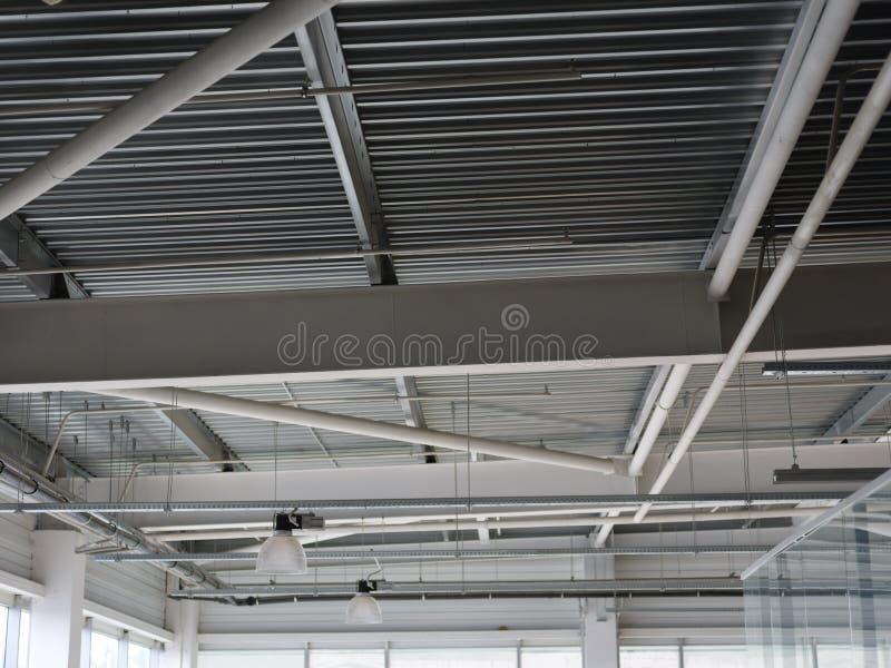 Eine Nahaufnahme einer Decke in einem enormen Einkaufszentrum Innere helle Ansicht des Eisenstrukturbaus als Hintergrund lizenzfreie stockfotos