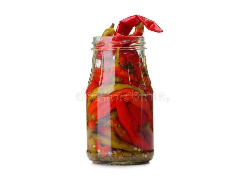Eine Nahaufnahme eines Glasgefäßes voll roten in Essig eingelegten Paprikapfeffers lokalisiert auf einem weißen Hintergrund Chef  stockfoto