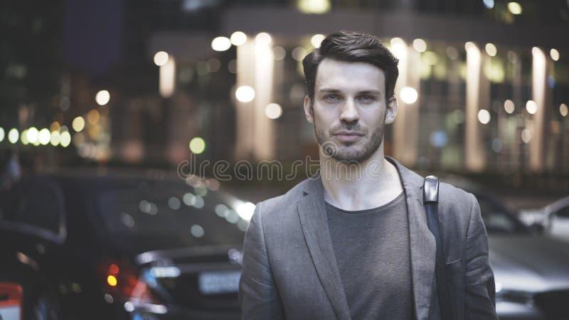 Eine Nahaufnahme eines jungen Mannes auf der Straße nachts stockbild