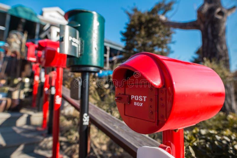 Eine Nahaufnahme eines roten Briefkastens stockfotos