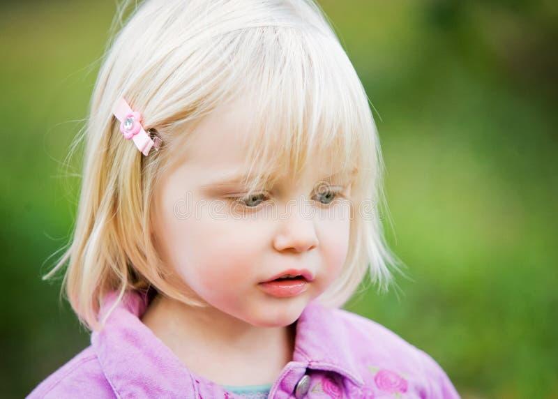 Eine Nahaufnahme eines süßen kleinen Mädchens lizenzfreie stockfotografie