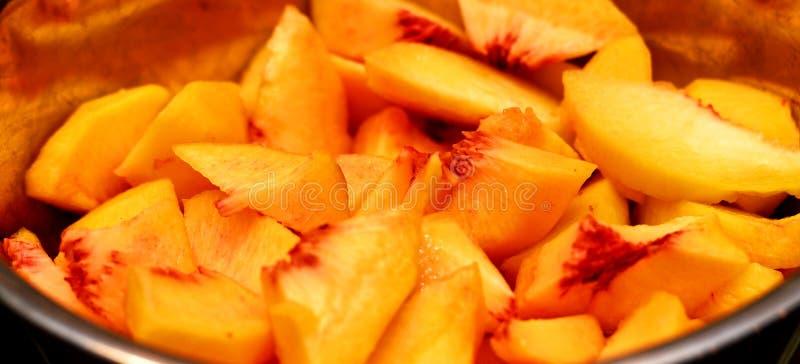 Eine Nahaufnahme von frisch geschnittenen Pfirsichen stockfoto