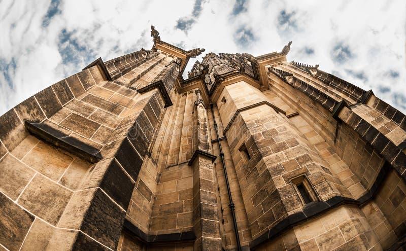 Eine nahe Ansicht von St. Vitus Cathedral von Unterseite zu Spitze mit dem Dach, das sich hoch im Himmel versteckt lizenzfreie stockfotos