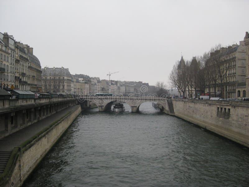 Eine nebelige Ansicht in Richtung zu einer Brücke über dem Fluss die Seine, Paris stockbilder