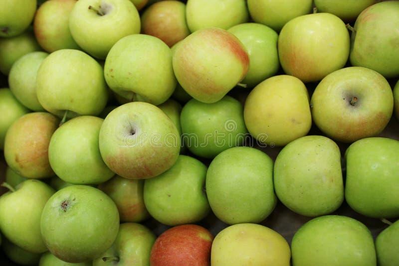 Eine neue Ernte von frischen Äpfeln stockfotografie