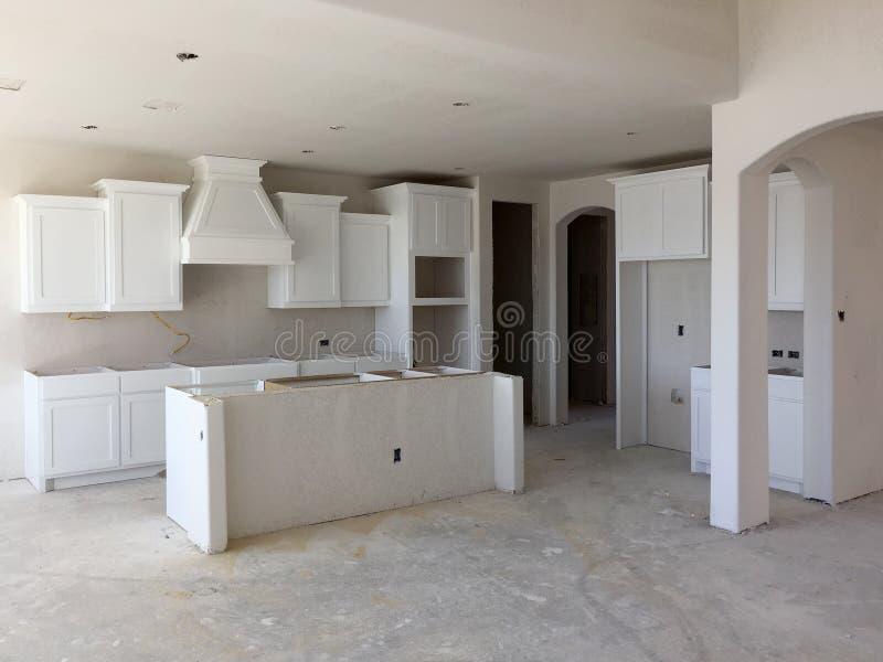 Eine neue Küche mit Inselzähler im Bau stockbild
