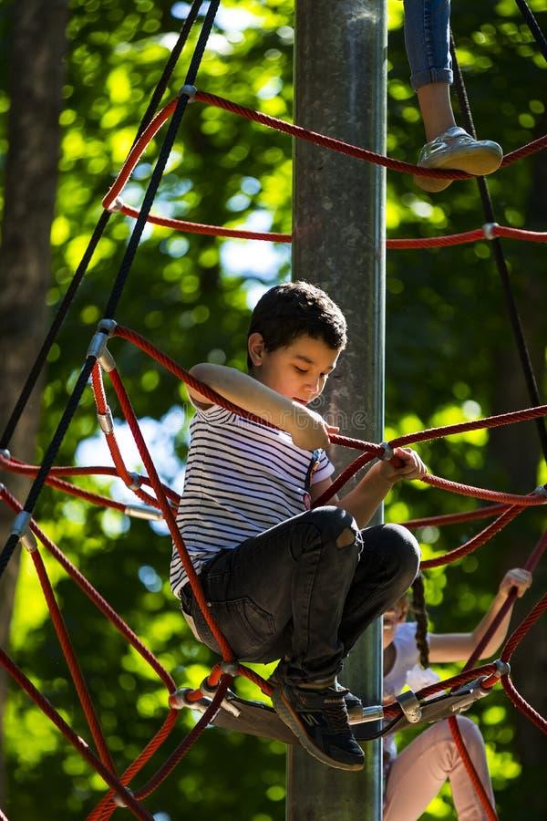 Eine neue populäre Kind-` s Anziehungskraft ist eine extreme Fichte mit Fliegenkindern von Adoleszenz stockbilder