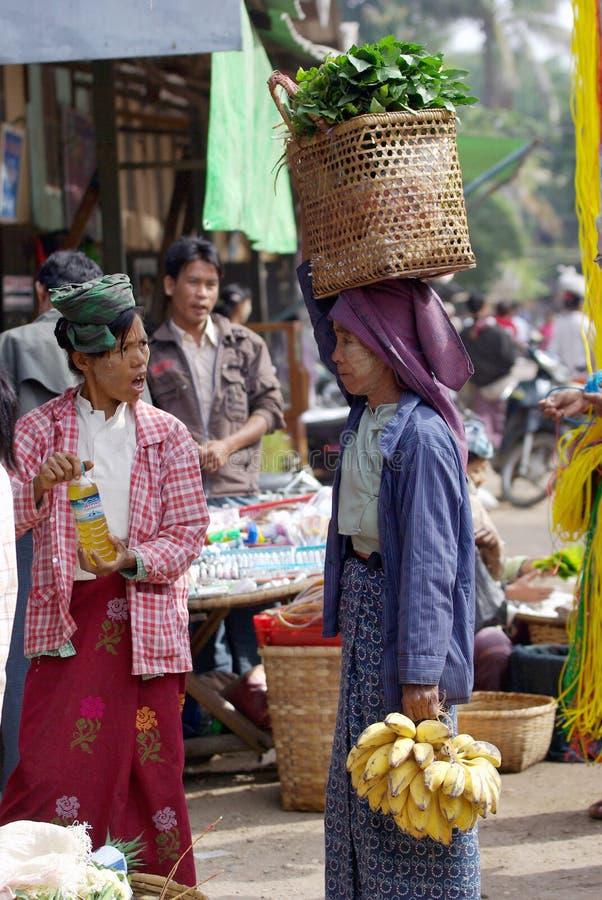 Eine nicht identifizierte birmanische Frau, die den Korb des Gemüses auf dem Kopf im Markt an bagan, Myanmar trägt lizenzfreie stockfotografie